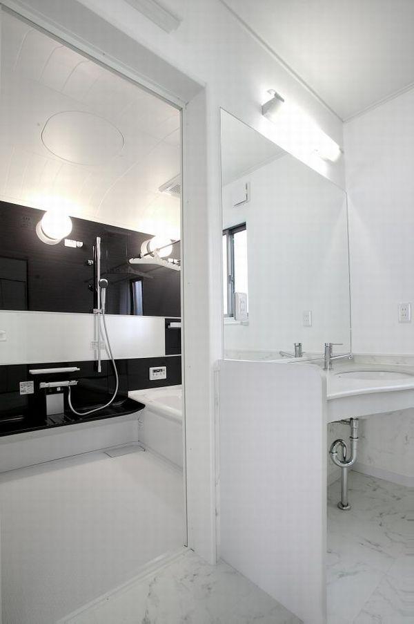 白と黒のツートンカラーでおしゃれなお風呂