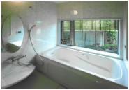 大きめの窓で空間を広く見せるお風呂