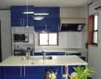 青がポイントのシンプルキッチン