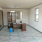 2つの部屋の間の壁を撤去しリビングルームに、納戸をウォークインクローゼットに変更しました